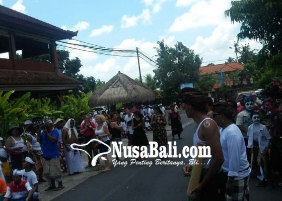 Nusabali.com - krama-lanang-jalan-kaki-keliling-desa-dengan-riasan-wajah-seram