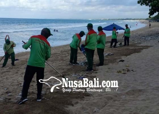 Nusabali.com - sampah-kiriman-mulai-kampih-di-pantai-kuta