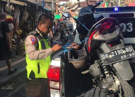 Nusabali.com - langgar-parkir-sepeda-motor-diangkut