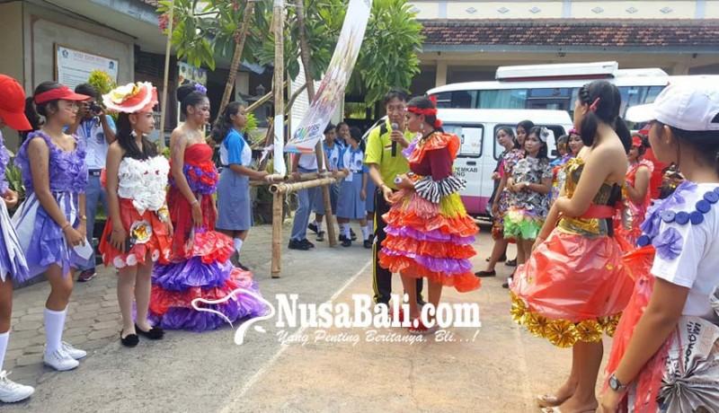 www.nusabali.com-siswi-smkn-1-singaraja-ciptakan-busana-limbah-plastik