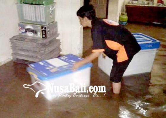 Nusabali.com - hujan-deras-kantor-kpu-dan-pdam-jembrana-kebanjiran