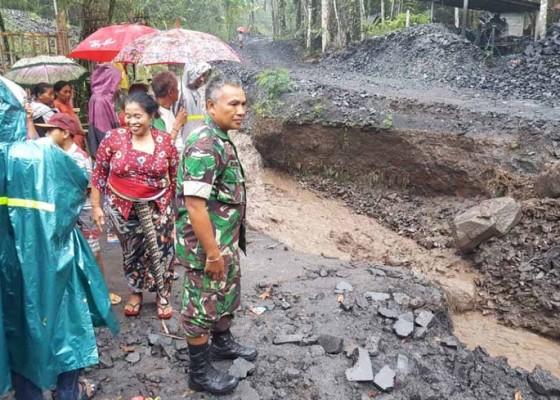 Nusabali.com - diterjang-banjir-jalan-penghubung-dua-banjar-terputus