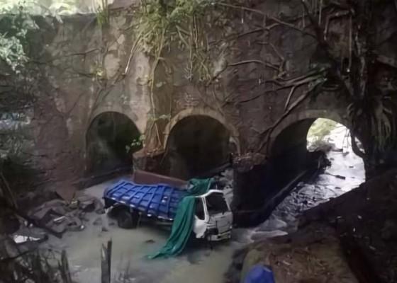 Nusabali.com - truk-terjun-bebas-di-jembatan-singin