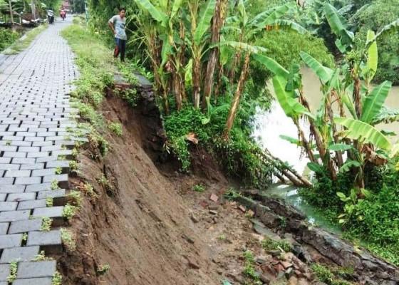 Nusabali.com - dua-titik-senderan-sungai-ijogading-jebol