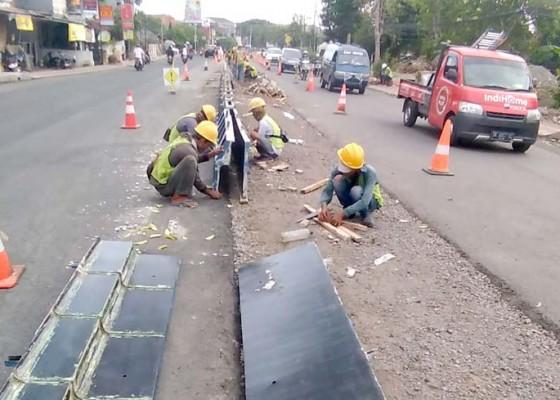 Nusabali.com - pasang-median-jalan