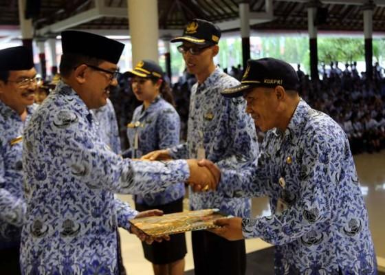 Nusabali.com - 4-anggota-korpri-terima-penghargaan