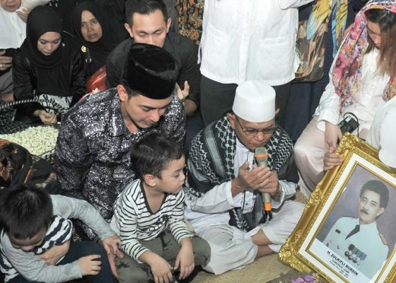 Nusabali.com - makamkan-ayah-tangis-zumi-zola-pecah