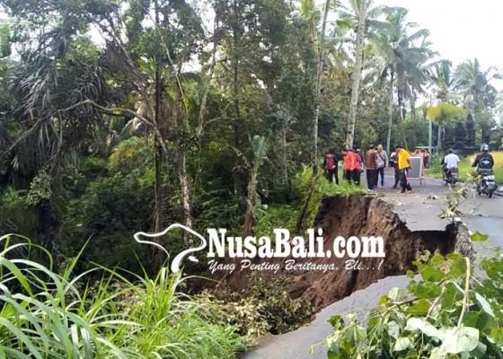 Nusabali.com - badan-jalan-di-jalur-wisata-amblas
