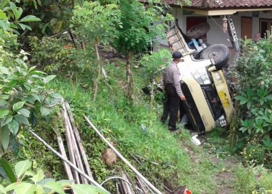 Nusabali.com - truk-terjun-timpa-rumah-warga