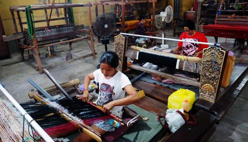 www.nusabali.com-penenun-di-gelgel-pertahankan-kain-catri