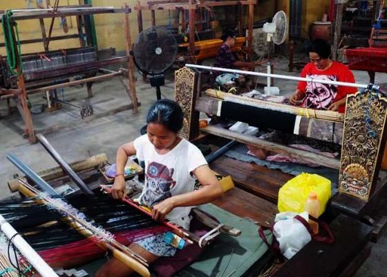 Nusabali.com - penenun-di-gelgel-pertahankan-kain-catri
