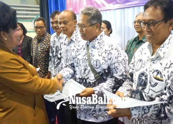 Nusabali.com - 9-guru-berprestasi-raih-penghargaan