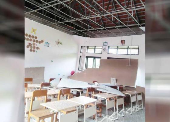 Nusabali.com - plafon-jebol-di-smpn-4-petang-bpbd-sebut-kerugian-rp-10-juta