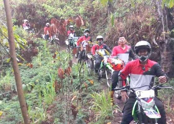 Nusabali.com - kapolsek-kubu-naik-trail-jelajah-hutan