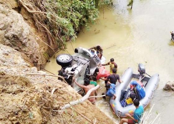 Nusabali.com - mobil-travel-terjun-ke-sungai-1-tewas