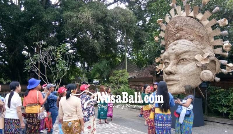 www.nusabali.com-habiskan-16000-batang-lidi-jadi-rebutan-buat-foto