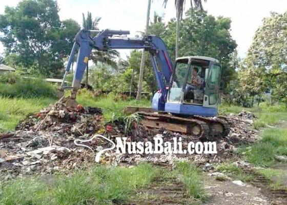 Nusabali.com - desa-selat-terpaksa-timbun-sampah-plastik