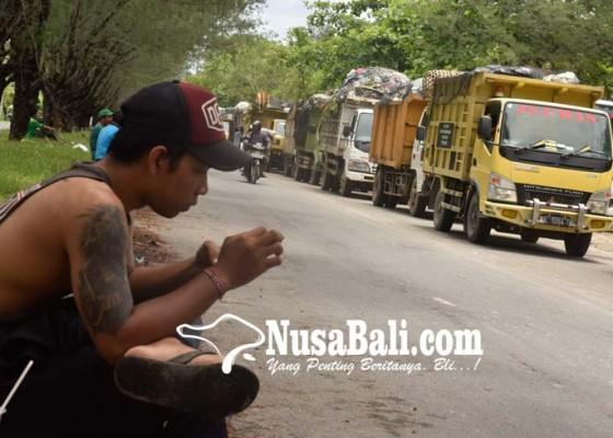 Nusabali.com - truk-sampah-antre-masuk-tpa-suwung
