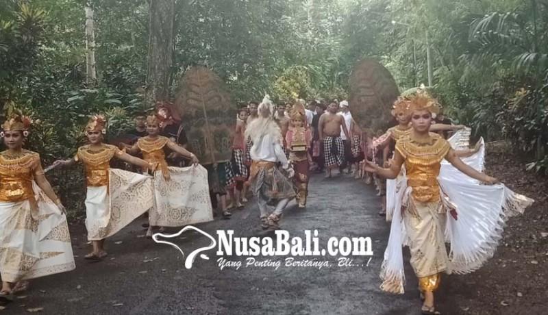 www.nusabali.com-ratusan-warga-mengarak-tropi-kalpataru