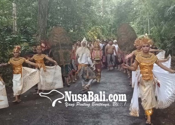 Nusabali.com - ratusan-warga-mengarak-tropi-kalpataru