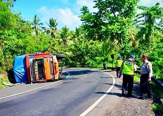 Nusabali.com - sehari-2-truk-terguling-di-tabanan