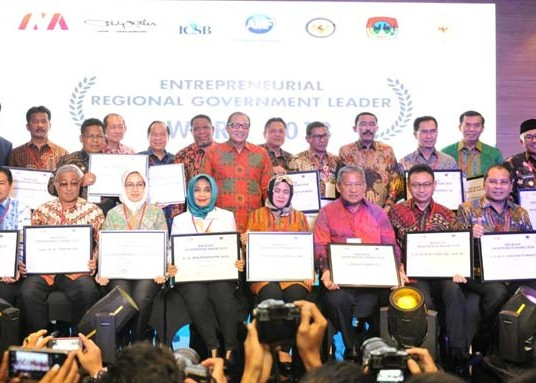 Nusabali.com - rai-mantra-dinobatkan-sebagai-walikota-entrepreneur-award-2018