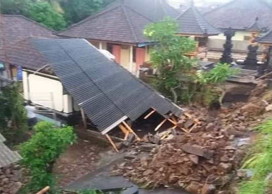 Nusabali.com - hujan-lebat-pohon-tumbang