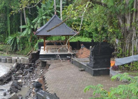 Nusabali.com - diterjang-banjir-panyengker-pura-taman-beji-buduk-roboh