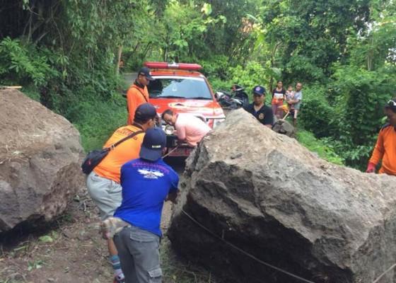 Nusabali.com - bongkahan-batu-besar-tutup-jalan-di-busungbiu