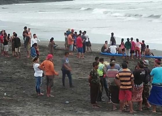 Nusabali.com - dua-siswa-terseret-ombak-di-pantai-pangkung-tibah-1-hilang-1-selamat