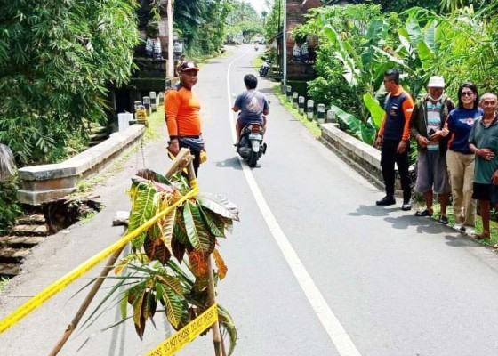 Nusabali.com - sayap-jembatan-penghubung-desa-ayunan-sobangan-jebol