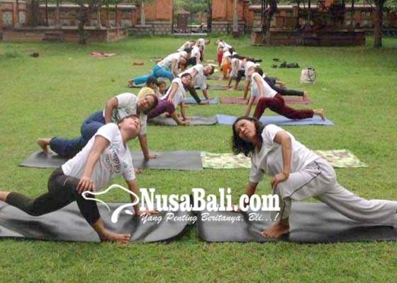 Nusabali.com - ketua-ppni-kenalkan-yoga-smile