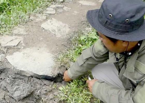 Nusabali.com - bikin-heboh-api-menyala-dari-retakan-tanah