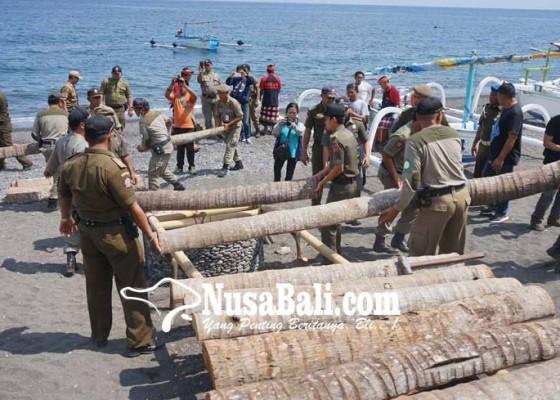 Nusabali.com - satpol-pp-bongkar-penggaraman-di-amed