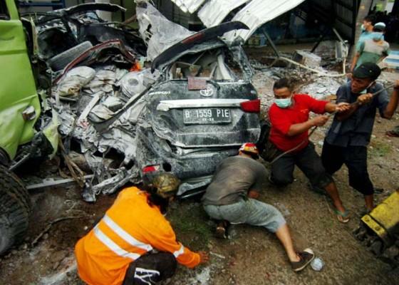 Nusabali.com - truk-hantam-15-kendaraan