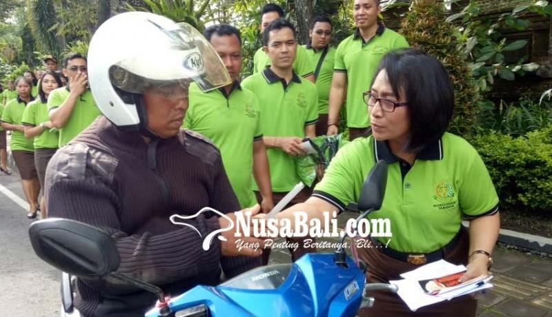 www.nusabali.com-kejari-gianyar-dan-tabanan-sebar-stiker-anti-korupsi