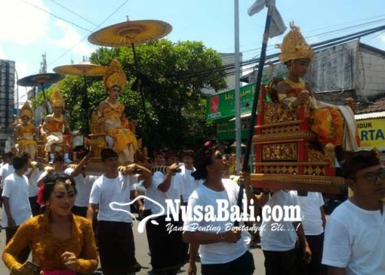 Nusabali.com - abg-keturunan-puri-ditandu-warga-keliling-kuta