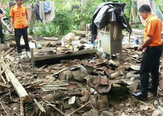 Nusabali.com - diguyur-hujan-rumah-pekak-sarka-roboh