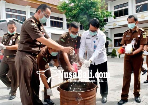 Nusabali.com - kejari-bakar-bb-narkoba-senilai-rp-21-miliar