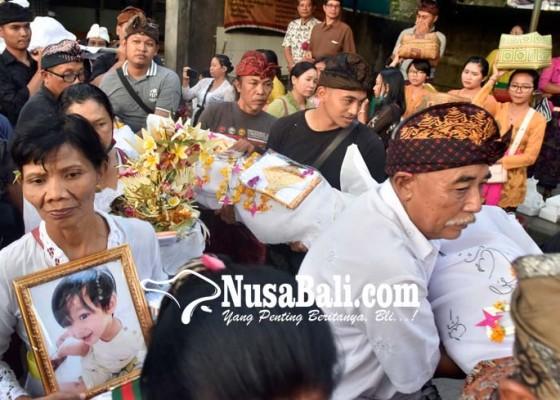 Nusabali.com - korban-ibu-dan-tiga-anaknya-dikremasi-tangis-duka-pun-pecah