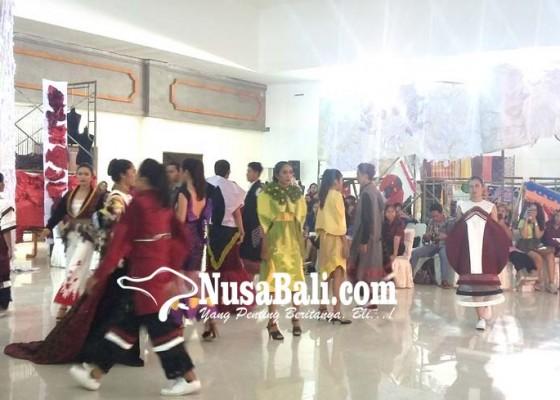 Nusabali.com - kolaborasi-seniman-dan-mahasiswa-desain-mode