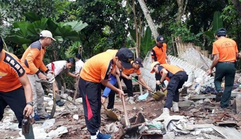 www.nusabali.com-puing-rumah-pekak-sarka-dibersihkan-diberikan-bantuan-kebencanaan