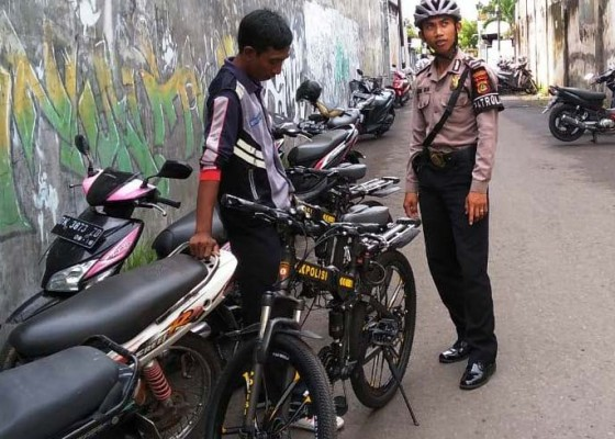 Nusabali.com - cegah-gangguan-kamtibmas-di-kota-polisi-berpatroli-naik-sepeda-gayung