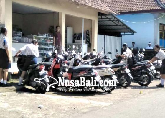 Nusabali.com - jalan-dijadikan-tempat-parkir-warga-mengeluh