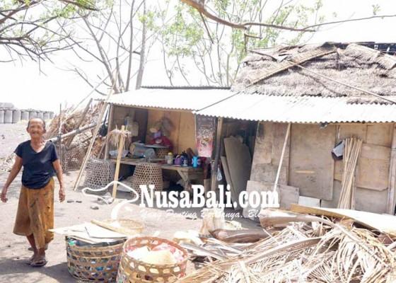 Nusabali.com - sepasang-lansia-tinggal-di-daerah-rawan-bencana