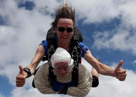 Nusabali.com - nenek-102-tahun-penerjun-tertua-di-dunia