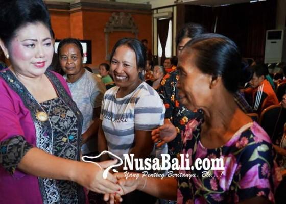 Nusabali.com - bupati-bagikan-22661-kartu-non-tunai