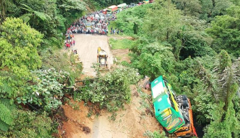 www.nusabali.com-mobil-dihantam-longsor