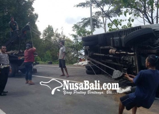 Nusabali.com - rem-blong-truk-terguling-di-gitgit