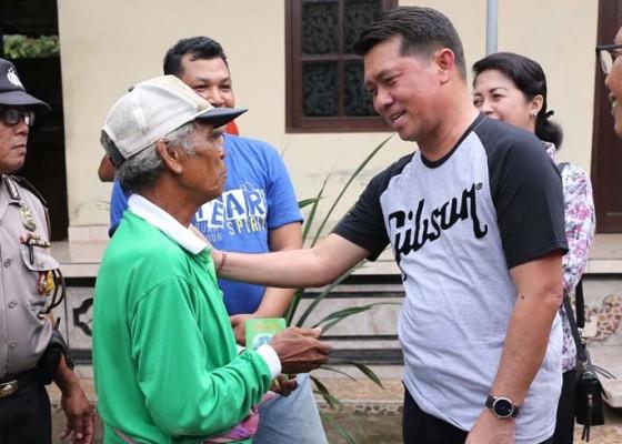 Nusabali.com - bupati-suwirta-serahkan-bantuan-kepada-14-kk-terdampak-bencana-alam